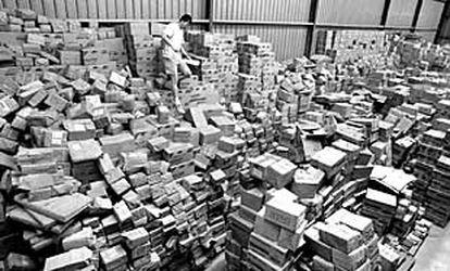 Paquetes llenos de libros, en el almacén de Renacimiento.