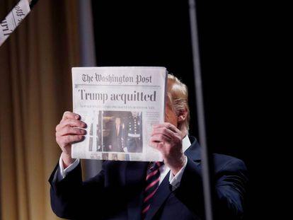 Trump muestra The Washington Post con su absolución.