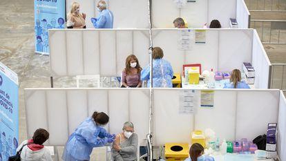 Profesionales sanitarios, en la campaña de vacunación en el Palau de Fires de Girona, el 19 de abril.