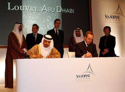 Rúbrica del acuerdo, firmado por el ministro francés de Cultura y el jefe del Departamento de Turismo de Abu Dhabi.