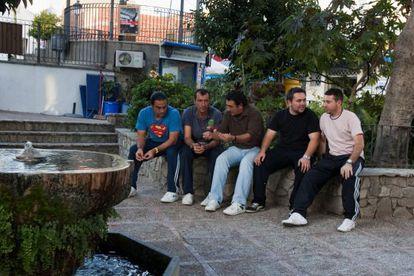 Un grupo de parados charla en la plaza de Benalup.