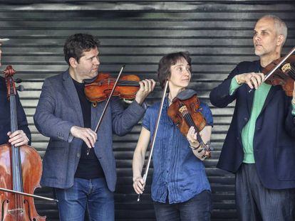 Los componentes del Cuarteto Casals, con sus instrumentos.