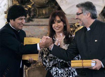 Los presidentes paraguayo y boliviano se saludan luego de recibir la memoria final de los límites entre ambos países de manos de la mandataria argentina Fernández de Kirchner