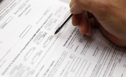 Un contribuyente revisa su declaración de la Renta.