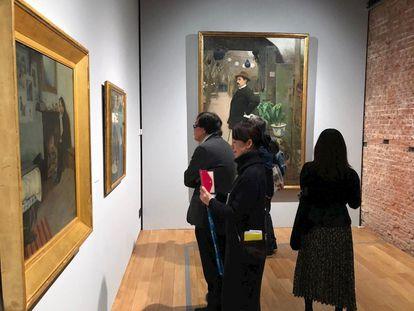 La exposición sobre modernismo en Tokio, poco antes de cerrar. Al fondo, el retrato de Miquel Utrillo pintado por Rusiñol.