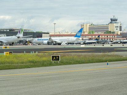 Aviones estacionados en la terminal T1 del aeropuerto Adolfo Suárez Madrid-Barajas a causa de la pandemia del coronavirus.