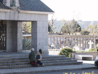 Dos visitantes se arrodillan ante el panteón de los Franco en Mingorrubio, este viernes. En vídeo, imágenes del cementerio el día después de la inhumación de Franco.