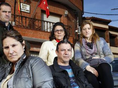 Exempleados municipales posan frente al Ayuntamiento.