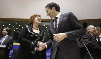 El presidente del Eurogrupo, Jeroen Dijsselbloem (dcha), saluda a la presidenta de la comisión de Asuntos Económicos y Monetarios del Parlamento Europeo, la británica Sharon Bowles (izq). EFE/Archivo