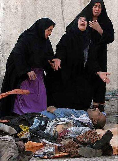 Mujeres chiíes ante cadáveres de familiares en diciembre pasado.