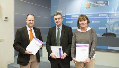 Jon Landa y Berta Gaztelumendi, autores del informe sobre tres jóvenes desaparecidos en 1973, junto al secretario vasco de Derechos Humanos, Jonan Fernández.
