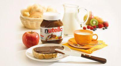 Un bote de Nutella junto a otros productos para el desayuno