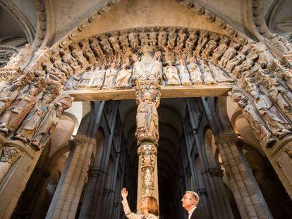 Ana Laborde, coordinadora de la restauración, y Daniel Lorenzo, director de la Fundación Catedral, durante la presentación en junio del Pórtico restaurado.