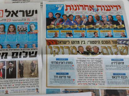 El establecimiento de relaciones diplomáticas con Marruecos, en las portadas de los diarios israelíes, este viernes en Jerusalén.