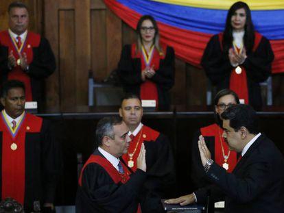 El presidente del Tribunal Supremo de Justicia de Venezuela, Maikel Moreno, a la izquierda, frente a Nicolás Maduro.