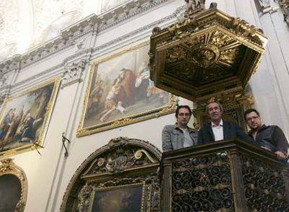 De izquierda a derecha, Fernando García, Juan Luis Coto y Gustavo Domínguez, ayer ante dos de sus copias de Murillo.