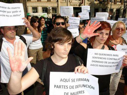 Manifestación de mujeres a las puertas de la Audiencia Provincial de Murcia, el pasado día 6.-