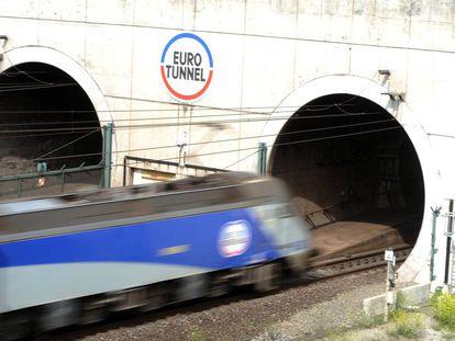 Un tren entra en el eurotúnel, en Calais (Francia).