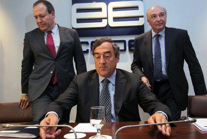 Rosell, en el centro, entre sus colaboradores Jesús Terciado, a su derecha, y José María Lacasa, ayer en la sede de la CEOE.