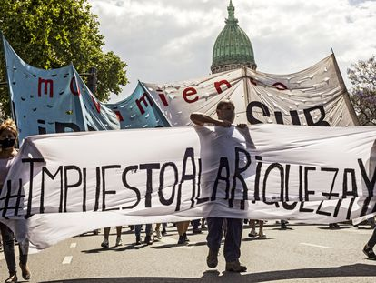 Manifestantes a favor del Gobierno respaldan el impuesto a las grandes fortunas en una movilización en Buenos Aires este martes.