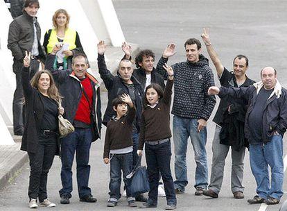 Los marineros vascos del Alakrana han llegado al aeropuerto de Bilbao, tras llegar a primera hora del sábado a la base de Torrejón de Ardoz procedentes de las Seychelles