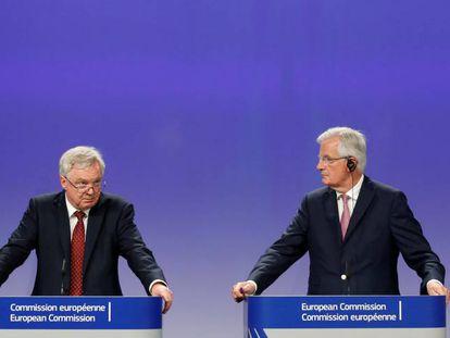 Los negociadores el Brexit, David Davis y Michel Barnier, en na rueda de prensa en Bruselas.