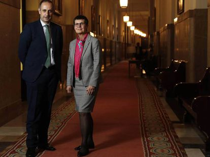 Elke Konig, presidenta de la JUR y Jaime Ponce, del FROB, en la sede del Banco de España.
