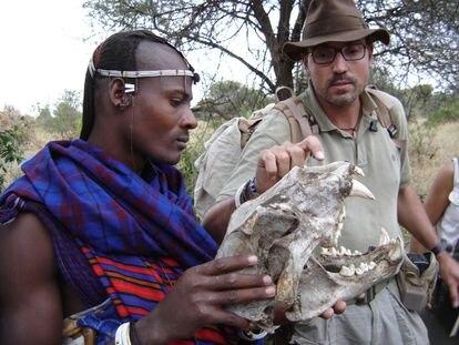 Jordi Serrallonga con un guerrero masai que porta un cráneo de león.