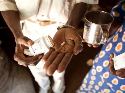 Charles Elegery (50) y su compañera Joyce Munduru muestran su medicación contra el VIH del tratamiento con ARV en la clínica de MSF el 3 de julio de 2006 en Arua, Uganda.