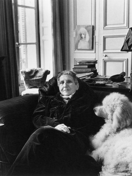 La escritora Gertrude Stein con su perro Basket en su apartamento de París en 1946.