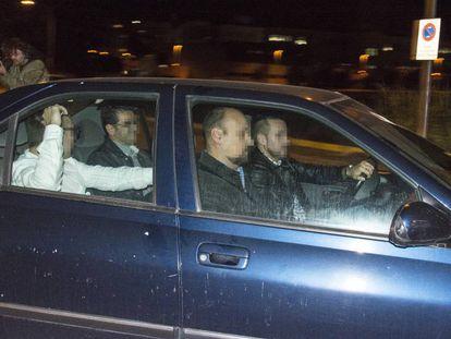 Agentes de la Guardia Civil saliendo, este jueves, de la comisaría de Lleida.