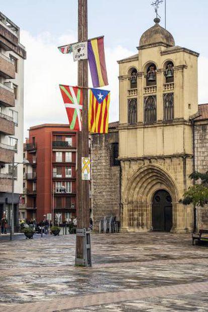 Banderas y carteles en la plaza de Agustindarren.
