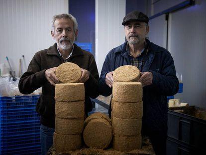 Los hermanos Ramón y Miguel Gago con sus quesos El Bosqueño.