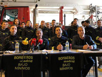 Los mandos de bomberos, en la rueda de prensa en la que anunciaron su dimisión.