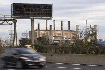 En la B-20, a su paso por el Prat de Llobregat, una señal insta a reducir la velocidad para rebajar la contaminación y los accidentes.