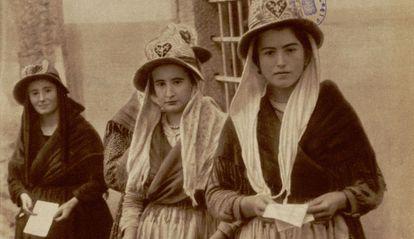 Votantes en 1933, en una imagen expuesta en la Hemeroteca municipal.
