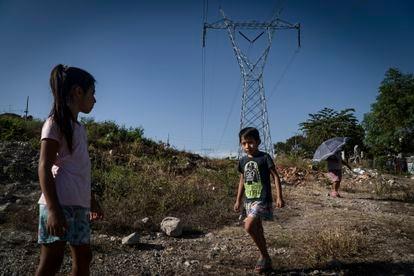 Un par de niños juegan en el Municipio de Chiapa de Corzo, en Chiapas, el 02 de Diciembre de 2020.  La crisis del coronavirus ha dejado a millones de estudiantes fuera de las escuelas.