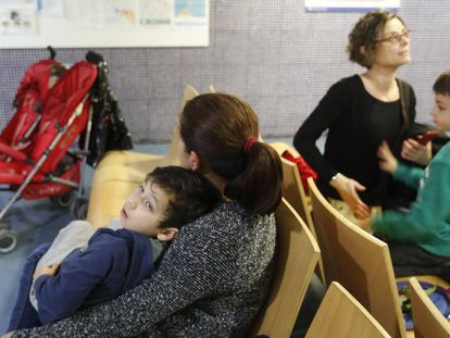 Dos niños con sus madres aguardan, en la sala de espera del CAP Pare Claret, para ser atendidos