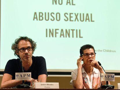 El pianista James Rhodes, activista contra la violencia sexual infantil, y Vicki Bernadet, responsable de la fundación que lleva su nombre, en una rueda de prensa organizada por Save the Children.