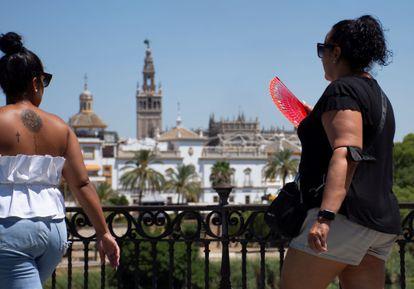 Una mujer se abanica en Sevilla el jueves, uno de los días con más calor de este verano.