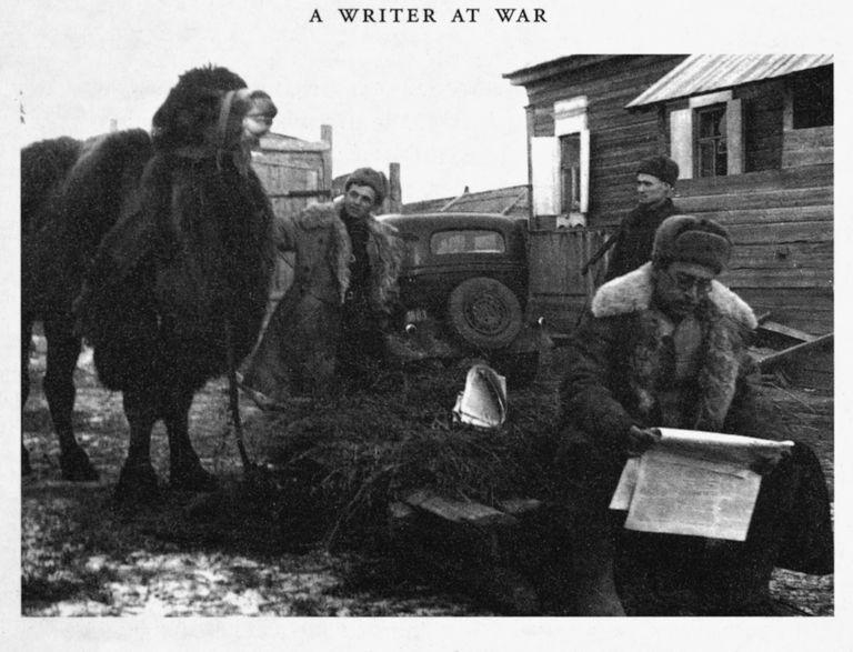 Vasili Grossman, en primer plano leyendo el periódico Estrella Roja, en el frente soviético durante la Segunda Guerra Mundial.