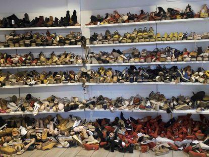 Zapatos acumulados en una tienda del centro de Madrid el pasado 12 de agosto. / REPORTAJE GRÁFICO DE DAVID EXPÓSITO