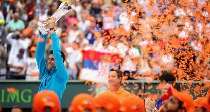 Djokovic eleva el trofeo de campeón en Miami.