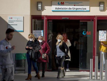 Tres pacientes en las Urgencias del hospital Gregorio Marañón, en Madrid.