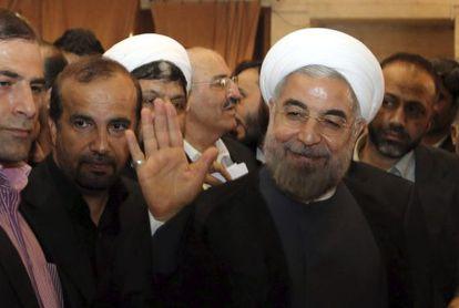 Hasan Rohaní saluda antes de votar en Teherán el viernes.