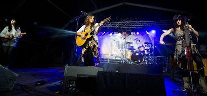 Los miembros de Touchwood, con ukeleles, guitarras, violonchelo eléctrico y batería, en pleno concierto en Sallent de Gállego.