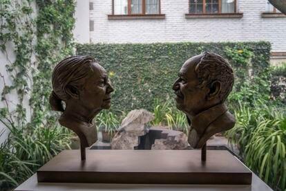 Una escultura de Gabriel García Márquez y su esposa, en su estudio en la colonia San Ángel de la Ciudad de México.