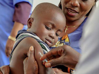 Un niño recibe la vacuna del sarampión en una campaña de vacunación de Unicef en Impfondo (RDC) en 2019.