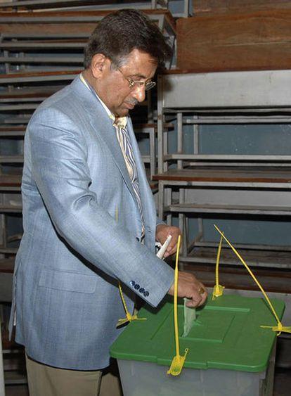 El presidente de Pakistán, Pervez Musharraf, deposita su voto en una oficina electoral de Rawalpindi.