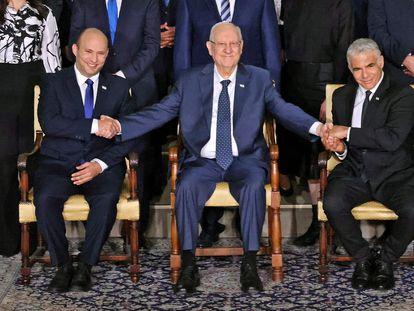 De izquierda a derecha, el primer ministro Naftali Bennett; el presidente Reuven Rivlin, y el ministro de Exteriores, Yair Lapid, el lunes en Jerusalén